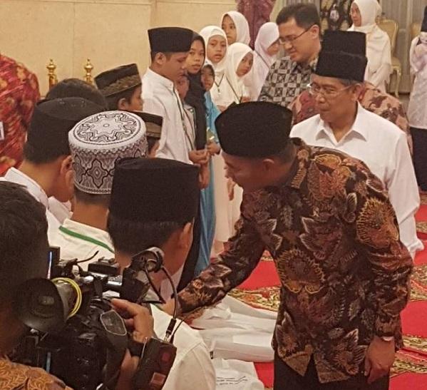 Menteri Pendidikan dan Kebudayaan Muhadjir Effendy bersama peserta lomba MTQ yatim piatu di Istana Negara, Senin (12/6/2017). Foto: Dok. Humas Kemenag