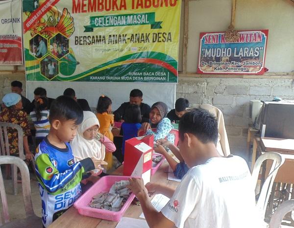 Membuka Tabung Celengan Massal/Foto Nur/Nusantaranews