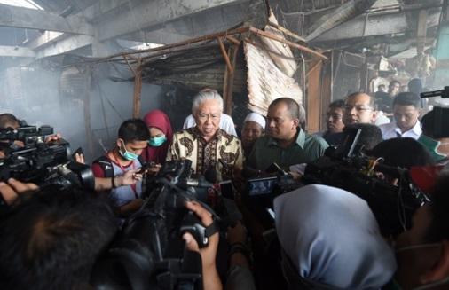 Menteri Perdagangan Enggartiasto Lukita saat berkunjung ke Pasar Kramat Jati yang terbakar. Foto: Dok. Humas Kemendag