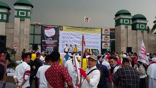 Demo Ikatan Alumni Universitas Indonesia (ILUNI UI) bersama Mahasiswa di komplek parlemen DPR RI. Foto Ucok Al Ayubbi