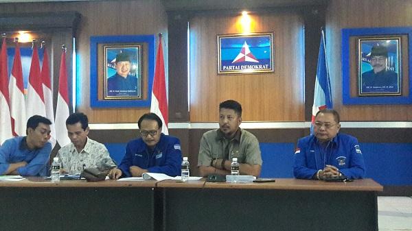 Sekretaris DPD Partai Demokrat Jatim Renville Antonio di kantornya, senin (10/7). Foto Tri Wahyudi