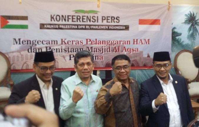 Wakil ketua Komisi VIII, Iskan Qolba Lubis (Daru dari kanan) usai acara Konferensi Pers Kaukus Palestina DPR RI/ Parlemen Indonesia di Gedung DPR, Kamis (20/4/2017). Foto Ucok Al Ayubbi/ NUSANTARANEWS.CO