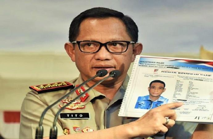 Kapolri Jenderal Pol Tito Karnavian tunjukkan sketsa wajah pelaku penyiraman air keras ke Novel Baswedan. (Foto: Antara/Puspa Perwitasari)