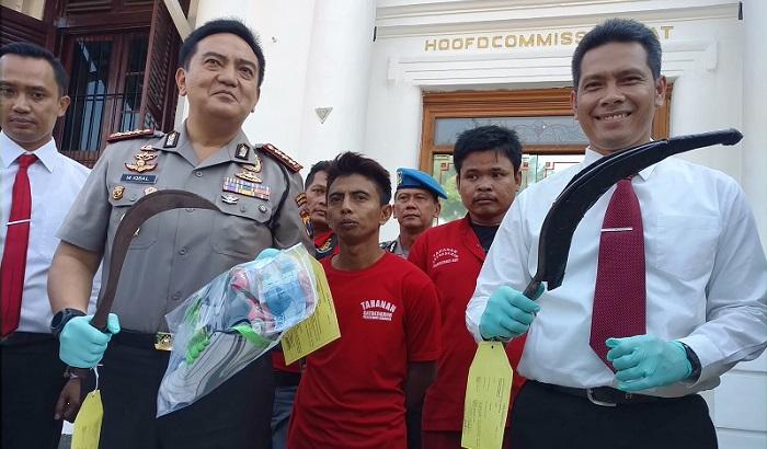Kombes Pol Mohammad Iqbal menunjukkan barang bukti berupa senjata tajam di Polrestabes Surabaya. Foto Tri Wahyudi/ NusantaraNews.co