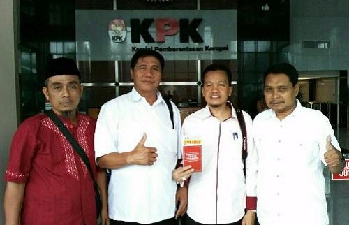 Foto Bersama AWPI Madiun dan Perkumpulan MAYAPADA PINASTHI di Depan Gedung KPK Jakarta. Foto: Dok. AWPI
