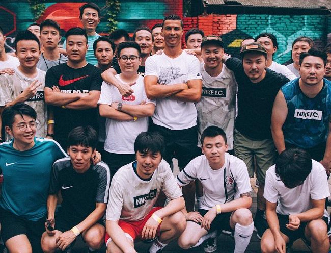 Cristiano Ronaldo Berfoto Bersama Fansnya di Cina/Foto Dok. Pribadi/Nusantaranews