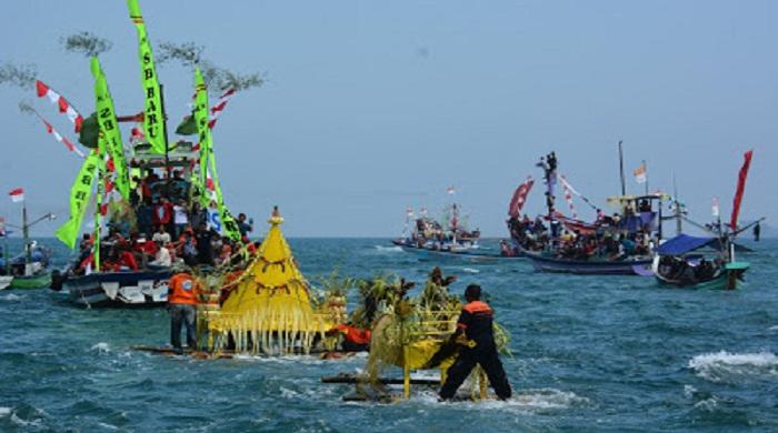 Upacara Adat Larung Sembonyo (Labuh Laut). (Foto: Dok. Humas Trenggalek)
