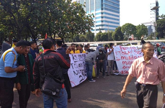 Aksi Komite Mahasiswa Nasional Menguggat di depan Gedung DPR. Foto Netizen