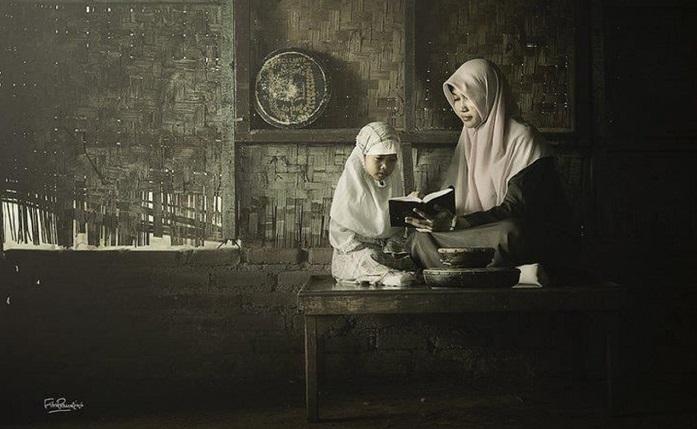 """Ilustrasi """"Soerang anak sedang diajari mengaji oleh sang ibu"""". Foto: Istimewa (masjidku)"""