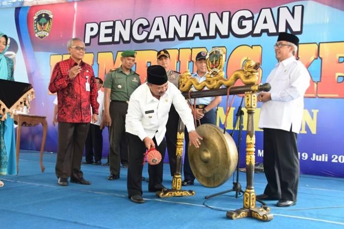 Bupati Madiun menambuh gong pencanangan kampung KB. Foto mc0803/ Timbul Moedjihartoyo