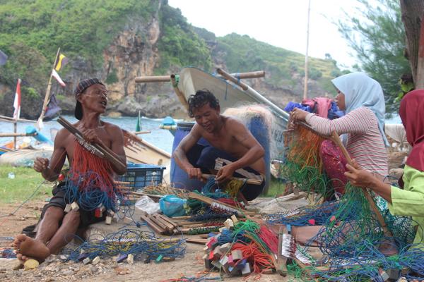 Nelayan/Foto via mongabay/Nusantaranews