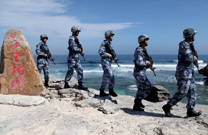 Tentara patroli Angkatan Darat China (PLA) Angkatan Laut di Pulau Woody, di Kepulauan Paracel, yang dikenal di China sebagai Kepulauan Xisha, 29 Januari 2016. (Foto: Reuters/ Stringer/File Photo)