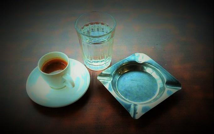 Secangkir Espresso, Segelas Air, Asbak Kosong dan Aku (Ilustrasi). Foto: Sulaiman/ NUSANTARANEWS.CO