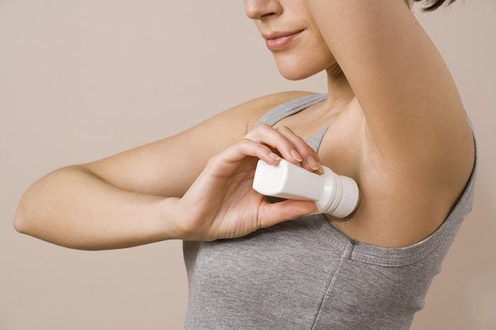 Wanita sedang menggunakan Deodoran. Foto: Dok. AOL.com