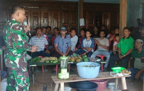 Anggota Babinsa Koramil Sampung, Kodim 0802/Ponorogo, Sertu Pamuji memberikan penyuluhan cara membuat pupuk organik. Foto: timpen81