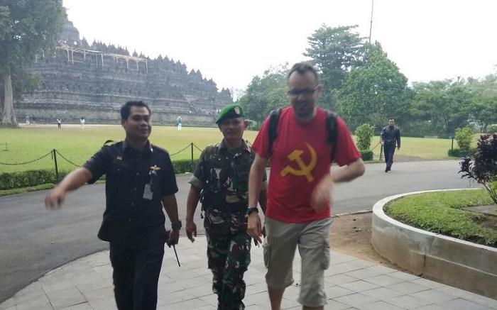 Fusliier Mathieu didampingi pihak kemanan candi Borobudur menuju Pos keamanan. Foto Pihak keamanan candi borobudur