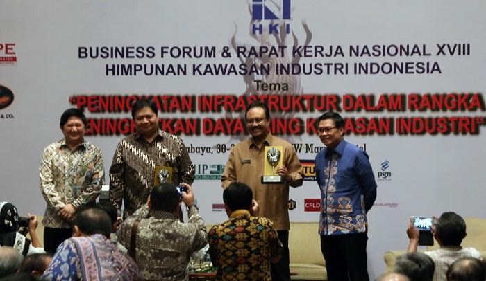 Wakil Gubernur Saifullah Yusuf dampingi menteri perindustrian buka acara Rakernas HKI ke XVIII. Foto Tri Wahyudi/NUSANTARANEWS.co