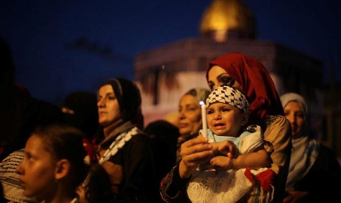 Ketika warga Palestina protes dan melakukan boikot dengan beribadah di luar gerbang Al-Aqsa. (REUTERS/Ibraheem Abu Mustafa)