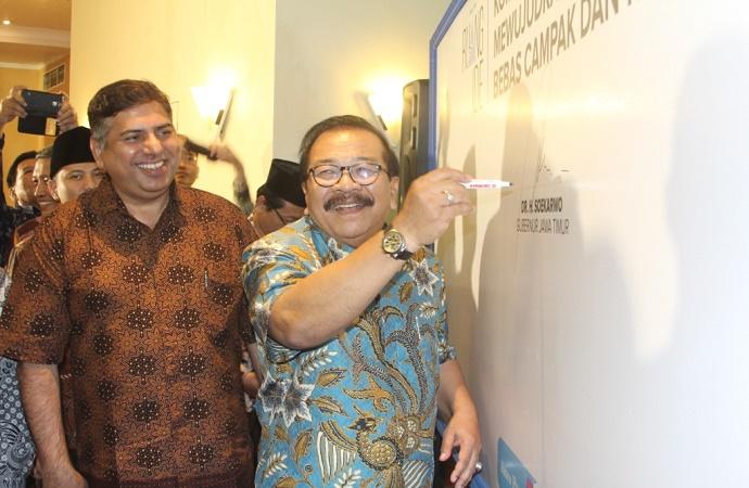 Gubernur Jatim, Soekarwo didampingi perwakilan UNICEF menandatangani komitmen bersama bebas campak dan rubela. (Foto: /NusantaranewsTri Wahyudi)