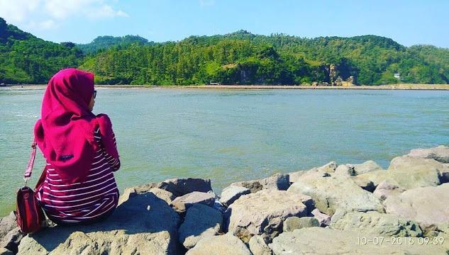 Perempuan yang menikmati Pantai Logending. Foto: Dok. indah (IG)/ Istimewa