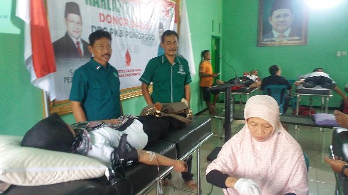 Tampak Ketua dan Sekretaris DPC PKB Kabupaten Ponorogo diantara para pendonor. (FOTO : MUH NURCHOLIS)
