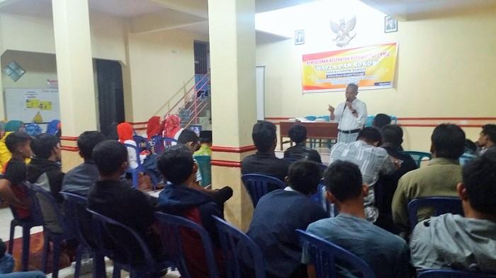 Penyuluhan Kesehatan Reproduksi dan Penyakit Menular Seksual, NAPZA dan Rokok pada kelompok remaja di Desa Bancar. (FOTO : MUH NURCHOLIS)