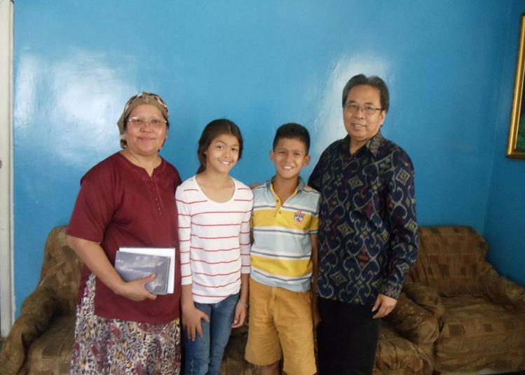 Estevania Alexandra Calvinesia dan Daniel James saat dikunjungi duber RI/Foto Dok. Dubes/Nusantaranews
