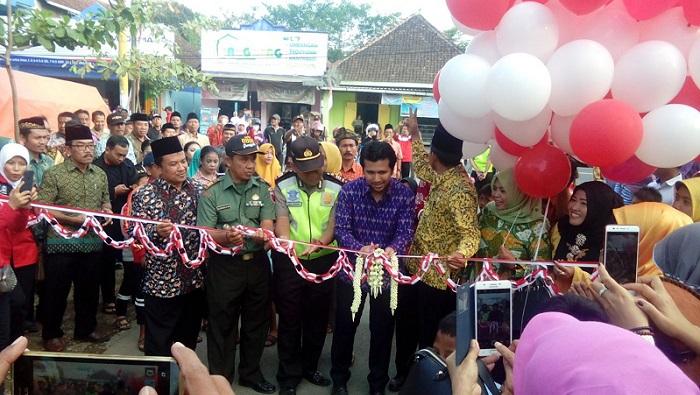 Pengguntingan pita dan pelepasan balon oleh Bupati Emil. Foto Fery/ Nusantaranews.co