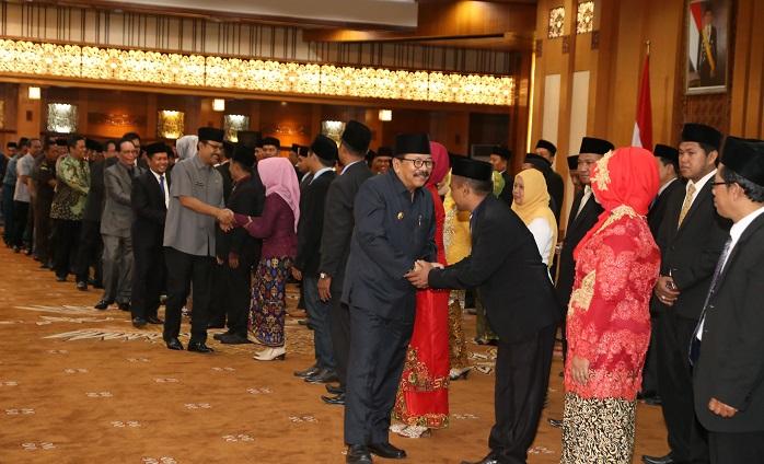 Gubernur dan Wakil Gubernur Jatim berikan selamat kepada anggota panitia pengawas pemilu kab-kota se Jatim. Foto Tri Wahyudi/ NusantaraNews.co