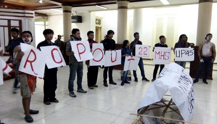 Aksi Mahasiswa UP45 Yogyakarta menuntut transparansi keuangan kampus. Foto: DOk. Forum BEM DIY