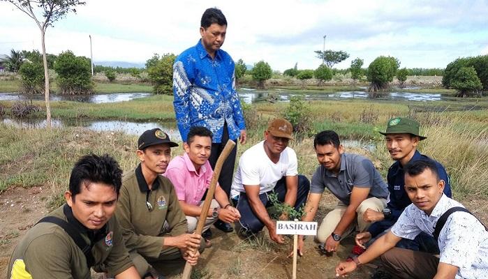 Mahasiswa KPM UIN Ar-Raniry bekerja sama dengan Barisan Sirah Indonesia (Basirah) melaksanakan kegiatan gerakkan penghijauan di Gampong Tibang, Minggu (13/8/2017). Foto Najmi/ NusantaraNews.co