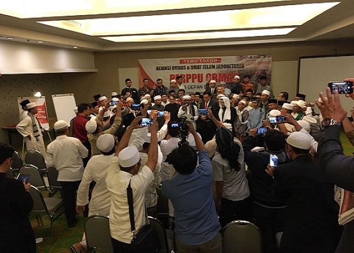 Kyai dan habaib serta pengasuh pondok pesantren se Jabodetabek berkumpul di Hotel Harris, Manggarai, Jakarta, (22/8) menyatakan menolak Perpu Nomor 2 Tahun 2017. (Foto: Istimewa)