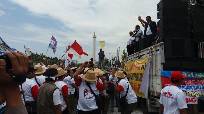 Aksi Petani Tebu Indonesia di depan Ista Kepresidenan, Senin, 28 Agustus 2017. Foto: Dok. Istimewa