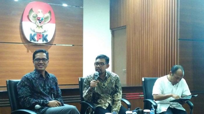 Direktur Gratifikasi Komisi Pemberantasan Korupsi (KPK), Giri Suprapdiono (Tengah). Foto Restu Fadilah/ NusantaraNews.co