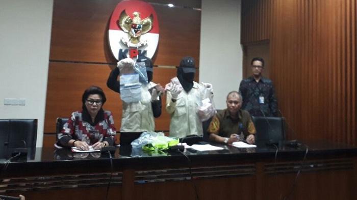 Wakil Ketua KPK, Basaria Panjaitan (paling Kanan) di Kantornya, Jakarta Selatan, Rabu, (30/8/2017). Foto Restu Fadilah/ NusantaraNews.co