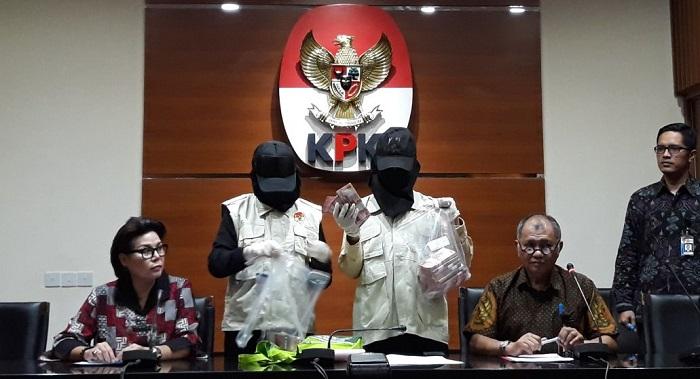 Wakil Ketua KPK, Basaria Panjaitan (Kanan) di Kantornya, Jakarta Selatan, Rabu, (30/8/2017). Foto Restu Fadilah/ NusantaraNews.co