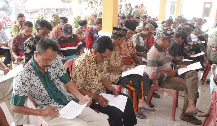 Warga mengisi blanko Survei Pelayanan Publik Kodim 0824 Dalam Penanggulangan Bencana. Foto Sis24/ NusantaraNews.co