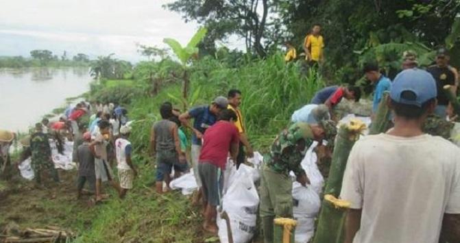 Masyarakat Gotong-Royong Perbaiki Tanggul (ilustrasi). Foto: Kodim 0709/Kebumen