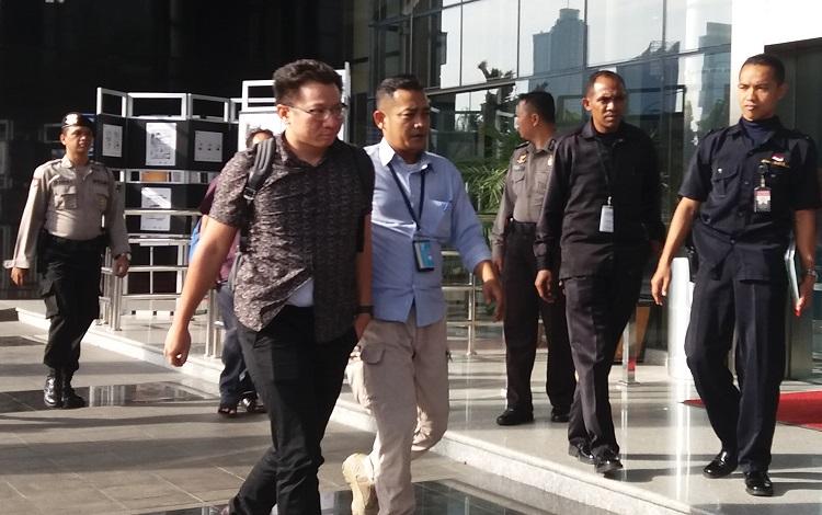 Pelaku Digelandang Petugas KPK/Foto Fadilah/Nusantaranews