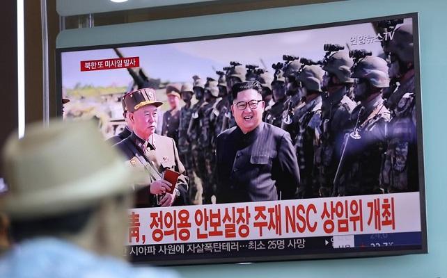 Seorang pria di Korsel tengah menonton berita di TV tentang peluncuran tiga rudal balistik Korut pada 26 Agustus 2017. (Foto: AP/Lee Jin-man, File)