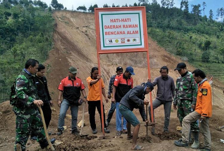 Penanaman Rambu Bahaya Longsor di Ponorogo/Foto Dok. Pribadi/Nusantaranews