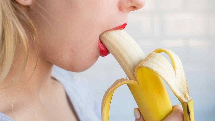 Perempuan sedang makan pisang (Ilustrasi). Foto: elmismopais.com