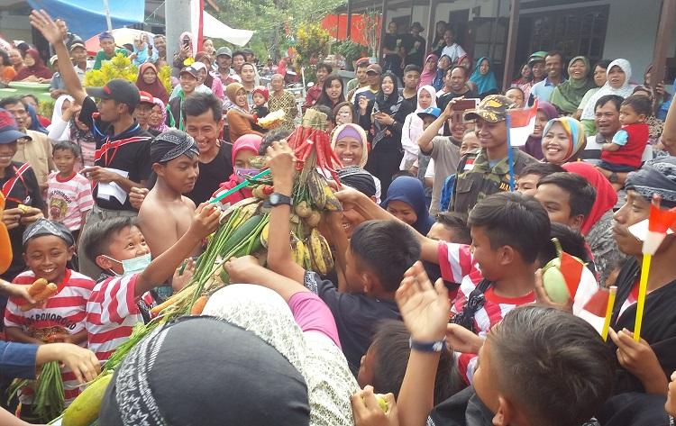 Rebutan Tumpeng di Ponorogo/Foto Nurcholis/Nusantaranews