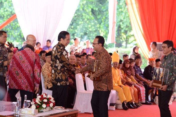 Wagub Jatim bersama PResiden Jokowi saat Penghargaan Narwasita Tantra. Foto Tri Wahyudi/ NUSANTARANEWS.CO