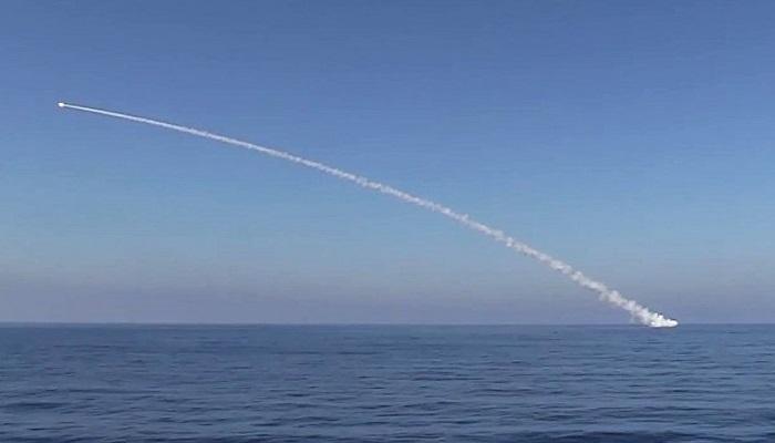 Kapal selam Veliky Novgorod dan Kolpino Project 636.3 Rusia tembakkan rudal ke Kota Suriah, Deir ez-Zor pada Kamis (14/9). (Foto: Press Service of the Russian Defense Ministry)