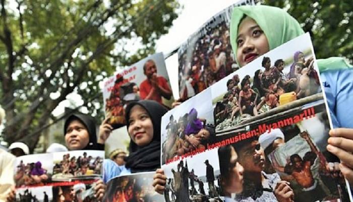 Aktivis Kaum Profesional bagi Kemanusiaan Rohingya membentangkan poster bergambar Penasehat Negara Myanmar yang juga penerima Hadiah Nobel Perdamaian, Aung San Suu Kyi, saat berdemonstrasi di depan Kedutaan Besar Myanmar di Jakarta, Sabtu (2/9/2017). (ANTARA FOTO/Puspa Perwitasari)