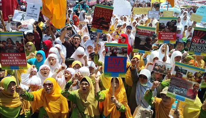 Demonstrasi Komite Aksi Kemanusiaan Surabaya Tuntut Mahkamah Kejahatan Internasional Adili Myanmar. Foto: Tri Wahyudi/ NusantaraNews.co