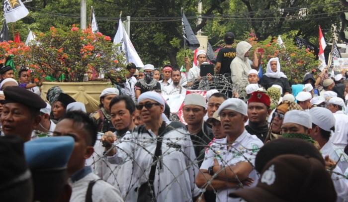 Tim Advokasi GNPF Kapitra Ampera mewakili massa aksi solidaritas untuk Rohingya di Kedubes Myanmar. Foto Richard Andika/ NusantaraNews.co