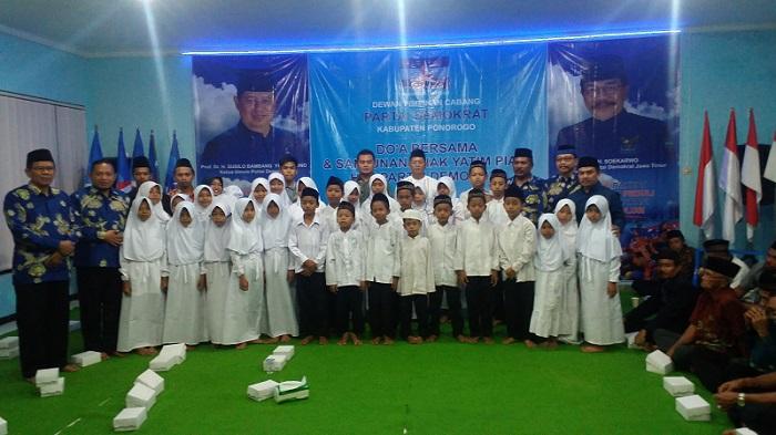 Santuni Anak Yatim Warnai HUT ke-16 Demokrat Ponorogo. Foto Muh Nurcholis/ NusantaraNews.co