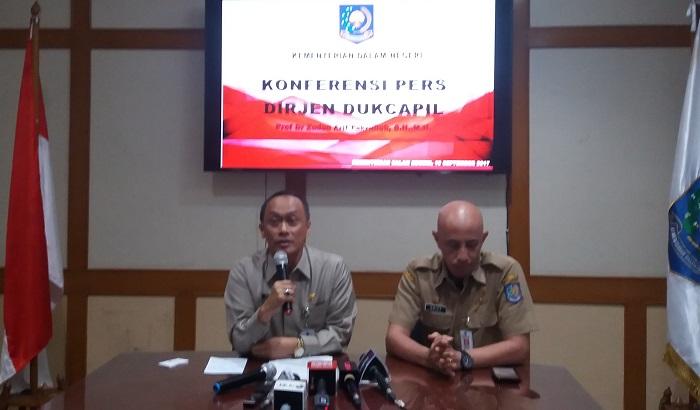 Direktur Jenderal Kependudukan dan Pencatatan Sipil Zudan Arif Fakrulloh saat Konferensi Pers di Kantor Kemendagri, Jakarta Pusat, Selasa, (19/9/2017). Foto Restu Fadilah/ NusantaraNews.co
